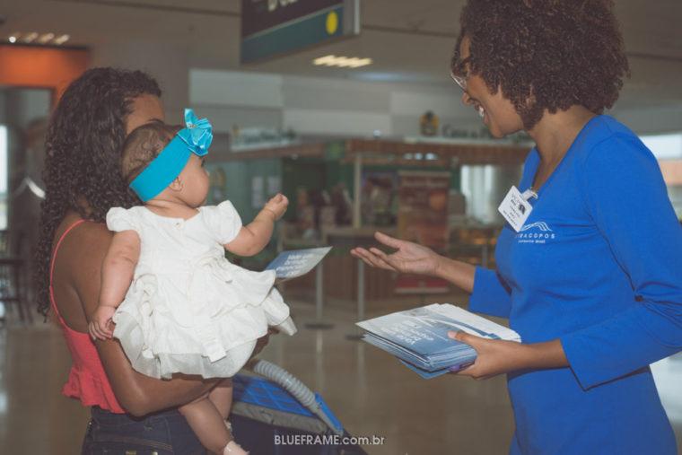 Mãe com bebê no colo conversando com mulher sorridente